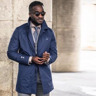Cómo combinar: pantalón de vestir gris, camisa de vestir en beige, blazer de algodón gris, gabardina azul marino