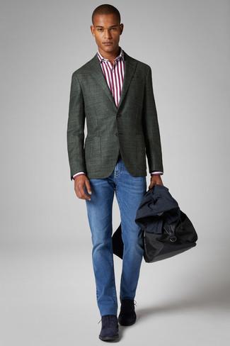 Cómo combinar: vaqueros azules, camisa de vestir de rayas verticales en blanco y rojo, blazer verde oscuro, gabardina azul marino