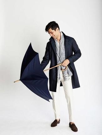 Outfits hombres en clima fresco: Elige una gabardina azul marino y un pantalón de vestir blanco para un perfil clásico y refinado. Para darle un toque relax a tu outfit utiliza mocasín de ante en marrón oscuro.