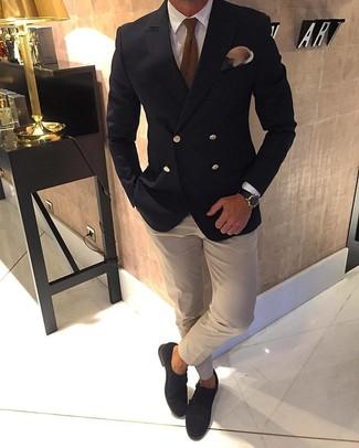 Cómo combinar: zapatos con doble hebilla de ante en marrón oscuro, camisa de vestir en beige, camisa de vestir blanca, blazer cruzado negro