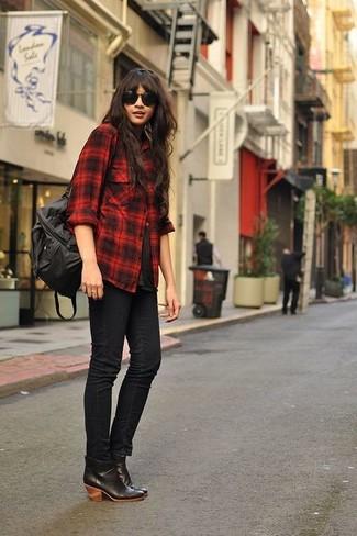 Una camisa de vestir de tartán roja y negra y unos vaqueros pitillo negros son prendas que debes tener en tu armario. Botines de cuero negros son una opción excelente para complementar tu atuendo.