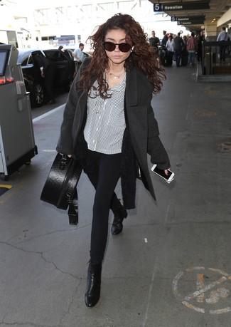 Cómo combinar: pantalones pitillo negros, camisa de vestir de rayas verticales en blanco y negro, cárdigan abierto de angora negro, abrigo en gris oscuro