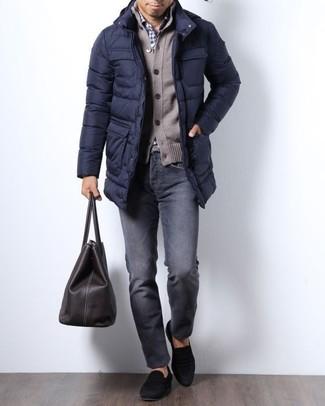 Cómo combinar: vaqueros en gris oscuro, camisa de vestir de cuadro vichy en blanco y azul marino, cárdigan marrón, abrigo de plumón azul marino