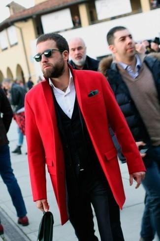 Cómo combinar: pantalón de vestir azul marino, camisa de vestir blanca, cárdigan negro, abrigo largo rojo