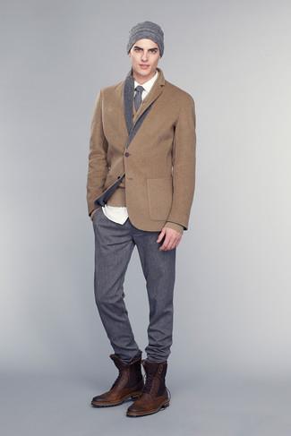 Cómo combinar: pantalón de vestir en gris oscuro, camisa de vestir blanca, cárdigan marrón, blazer de lana marrón