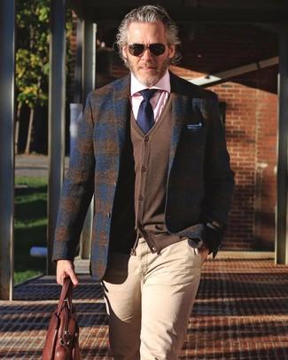 Cómo combinar: pantalón chino en beige, camisa de vestir rosada, cárdigan marrón, blazer de lana de tartán azul marino