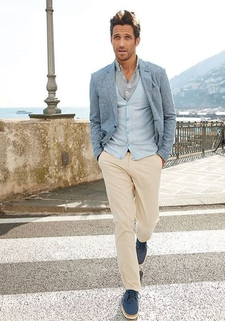 Cómo combinar: pantalón chino en beige, camisa de vestir gris, cárdigan celeste, blazer celeste
