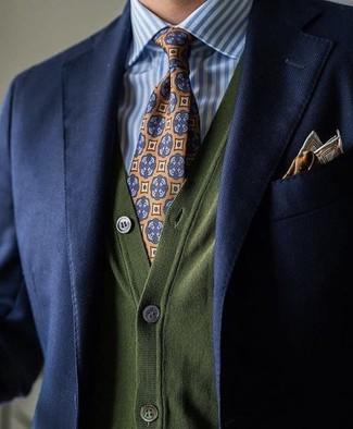 Cómo combinar: corbata estampada naranja, camisa de vestir de rayas verticales en blanco y azul, cárdigan verde oliva, blazer azul marino