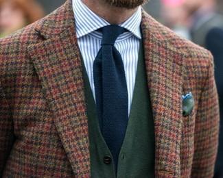 Cómo combinar: corbata de punto azul marino, camisa de vestir de rayas verticales en blanco y azul, cárdigan verde oscuro, blazer de lana de cuadro vichy marrón