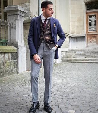 Cómo combinar: pantalón de vestir de lana gris, camisa de vestir blanca, cárdigan de grecas alpinos en marrón oscuro, blazer de lana azul marino
