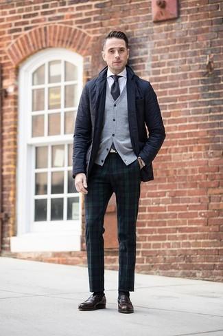 Cómo combinar: pantalón de vestir de tartán en azul marino y verde, camisa de vestir blanca, cárdigan gris, blazer acolchado negro