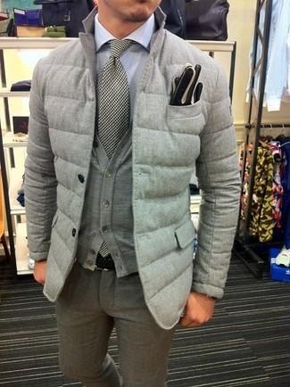 Cómo combinar: pantalón de vestir de lana gris, camisa de vestir blanca, cárdigan gris, blazer acolchado gris