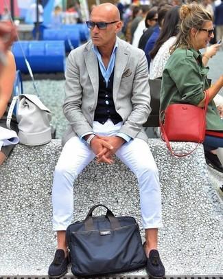 Cómo combinar: pantalón chino blanco, camisa de vestir celeste, cárdigan azul marino, blazer gris