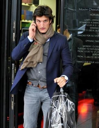 Cómo combinar: vaqueros pitillo grises, camisa de vestir celeste, cárdigan gris, blazer azul marino