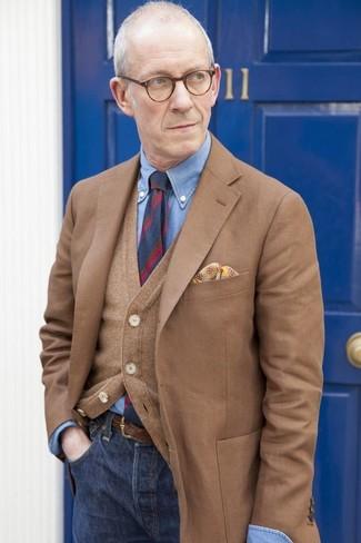 Cómo combinar: vaqueros azul marino, camisa de vestir de cambray azul, cárdigan marrón, blazer marrón