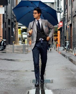 Cómo combinar: pantalón chino azul marino, camisa de vestir blanca, cárdigan negro, blazer gris