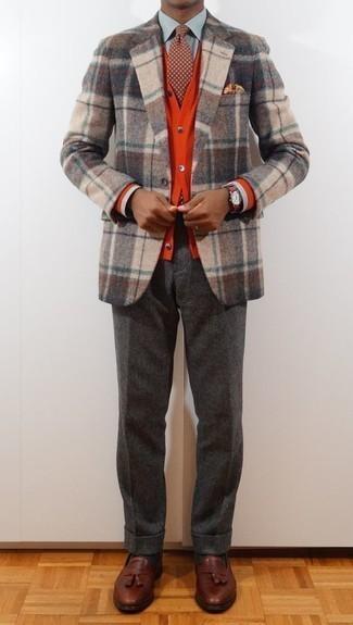 Combinar una corbata a lunares burdeos: Elige un blazer de lana de tartán en beige y una corbata a lunares burdeos para una apariencia clásica y elegante. Mocasín con borlas de cuero marrón son una opción grandiosa para completar este atuendo.