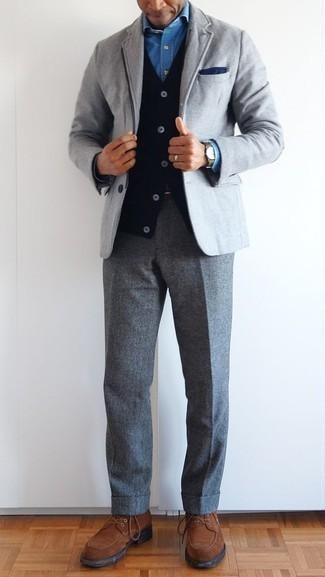 Combinar un pañuelo de bolsillo azul marino: Un blazer gris y un pañuelo de bolsillo azul marino son una opción estupenda para el fin de semana. ¿Te sientes ingenioso? Dale el toque final a tu atuendo con zapatos derby de ante marrónes.