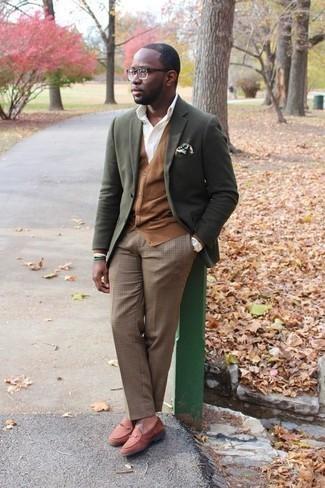 Combinar un mocasín de ante en tabaco: Casa un blazer verde oliva junto a un pantalón de vestir a cuadros marrón claro para una apariencia clásica y elegante. Mocasín de ante en tabaco son una opción estupenda para completar este atuendo.