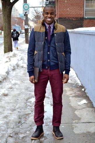 Cómo combinar: vaqueros de pana burdeos, camisa de vestir de cuadro vichy en blanco y rojo, cárdigan azul marino, chaleco de abrigo de lana azul marino