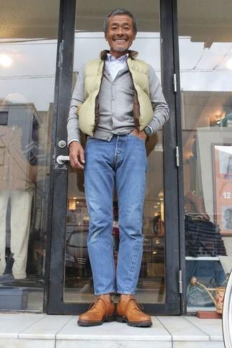 Cómo combinar: vaqueros azules, camisa de vestir blanca, cárdigan gris, chaleco de abrigo en amarillo verdoso
