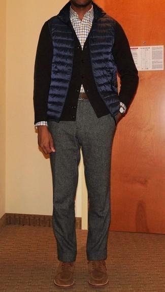 Combinar un chaleco de abrigo acolchado azul marino: Opta por un chaleco de abrigo acolchado azul marino y un pantalón chino de lana en gris oscuro para lidiar sin esfuerzo con lo que sea que te traiga el día. ¿Te sientes valiente? Complementa tu atuendo con zapatos derby de ante marrónes.