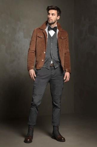 Combinar un pantalón cargo en gris oscuro: Considera ponerse una chaqueta estilo camisa de ante marrón y un pantalón cargo en gris oscuro para cualquier sorpresa que haya en el día. Con el calzado, sé más clásico y complementa tu atuendo con botas casual de cuero en marrón oscuro.