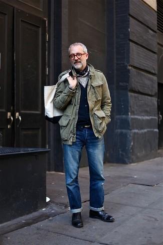Combinar una bolsa tote de lona blanca: Equípate una chaqueta militar verde oliva con una bolsa tote de lona blanca para un look agradable de fin de semana. Zapatos derby de cuero negros levantan al instante cualquier look simple.