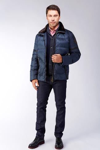 Cómo combinar: vaqueros azul marino, camisa de vestir de cuadro vichy roja, cárdigan con cuello chal azul marino, chaqueta con cuello y botones acolchada azul marino