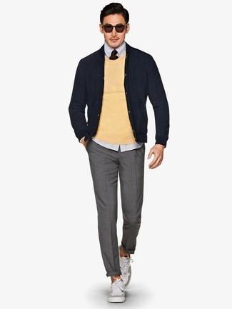 Combinar unos tenis de lona grises: Considera ponerse un jersey con cuello circular amarillo y un pantalón chino gris para lidiar sin esfuerzo con lo que sea que te traiga el día. Si no quieres vestir totalmente formal, usa un par de tenis de lona grises.