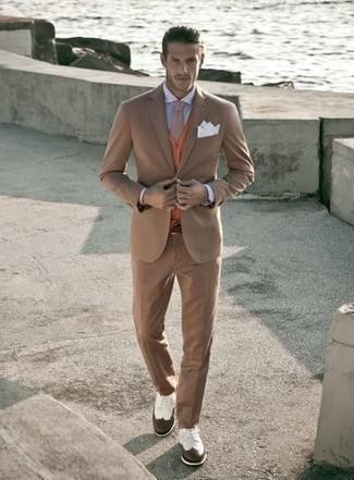 Cómo combinar: zapatos brogue de cuero en blanco y marrón, camisa de vestir celeste, cárdigan naranja, traje marrón claro