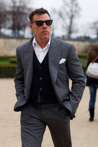 Cómo combinar: pañuelo de bolsillo blanco, camisa de vestir blanca, cárdigan negro, traje en gris oscuro