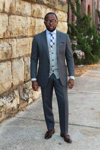 Combinar un traje de rayas verticales en gris oscuro: Elige un traje de rayas verticales en gris oscuro y un cárdigan gris para rebosar clase y sofisticación. Agrega zapatos con doble hebilla de cuero marrónes a tu apariencia para un mejor estilo al instante.