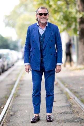 Cómo combinar: mocasín con borlas de cuero morado oscuro, camisa de vestir celeste, chaleco de vestir vaquero azul marino, traje azul