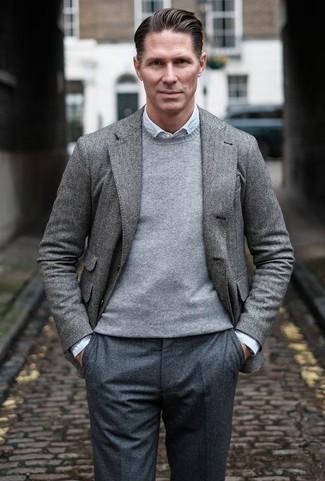 Combinar un blazer de espiguilla gris: Considera emparejar un blazer de espiguilla gris junto a un pantalón de vestir en gris oscuro para un perfil clásico y refinado.