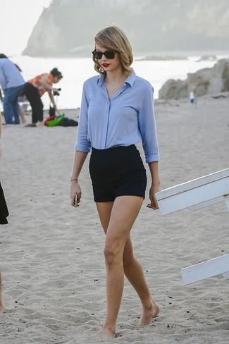 Look de Taylor Swift: Camisa de Vestir Celeste, Pantalones Cortos Negros, Gafas de Sol Negras