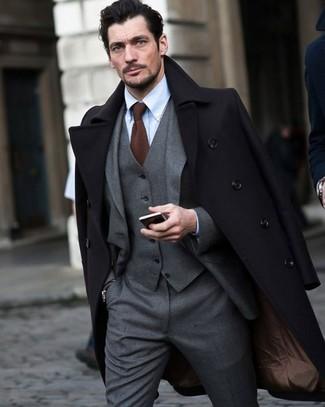 Cómo combinar: corbata de punto marrón, camisa de vestir celeste, traje de tres piezas gris, abrigo largo negro