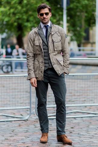 Cómo combinar: pantalón chino en gris oscuro, camisa de vestir blanca, chaleco de abrigo acolchado verde oliva, chaqueta militar en beige