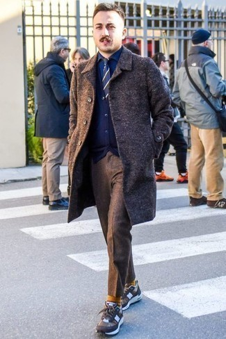 Combinar una corbata de rayas horizontales en azul marino y blanco: Ponte un abrigo largo en marrón oscuro y una corbata de rayas horizontales en azul marino y blanco para rebosar clase y sofisticación. Si no quieres vestir totalmente formal, usa un par de deportivas marrónes.