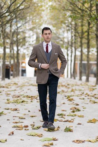Cómo combinar: pantalón chino azul marino, camisa de vestir blanca, chaleco de punto en gris oscuro, blazer de tweed de espiguilla marrón