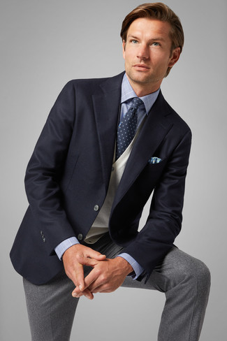 Cómo combinar: pantalón de vestir de lana gris, camisa de vestir de tartán celeste, chaleco de punto en beige, blazer azul marino