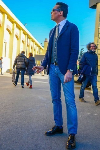 Combinar una correa de cuero en marrón oscuro: Emparejar un blazer de lana azul marino junto a una correa de cuero en marrón oscuro es una opción estupenda para el fin de semana. Elige un par de zapatos derby de cuero negros para mostrar tu inteligencia sartorial.