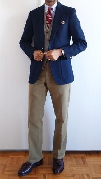 Combinar un pantalón chino de pana marrón claro: Opta por un blazer azul marino y un pantalón chino de pana marrón claro para el after office. Elige un par de mocasín con borlas de cuero burdeos para mostrar tu inteligencia sartorial.