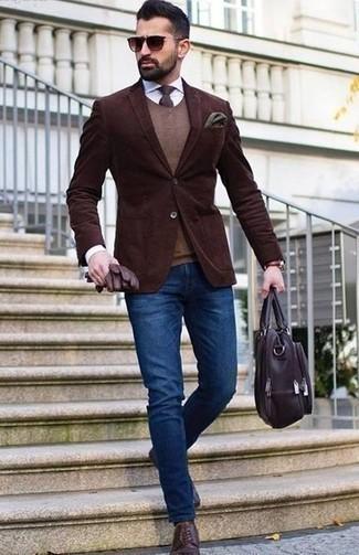 Combinar un portafolio de cuero burdeos: Considera ponerse un blazer de pana en marrón oscuro y un portafolio de cuero burdeos transmitirán una vibra libre y relajada. ¿Te sientes valiente? Complementa tu atuendo con zapatos derby de cuero morado oscuro.