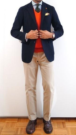Combinar una corbata verde oscuro: Empareja un blazer azul marino junto a una corbata verde oscuro para un perfil clásico y refinado. Zapatos brogue de cuero en marrón oscuro añaden un toque de personalidad al look.