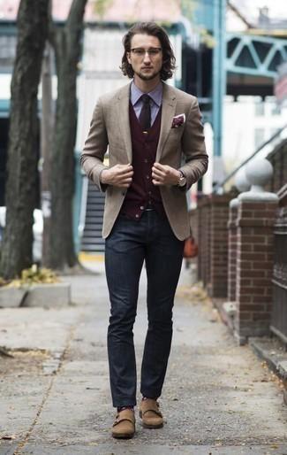 Combinar un blazer marrón claro: Elige un blazer marrón claro y unos vaqueros azul marino para lograr un estilo informal elegante. ¿Te sientes valiente? Opta por un par de zapatos con doble hebilla de ante marrón claro.