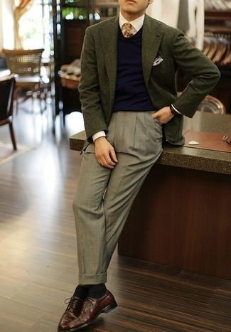 Combinar una corbata estampada marrón claro: Emparejar un blazer verde oscuro junto a una corbata estampada marrón claro es una opción muy buena para una apariencia clásica y refinada. Zapatos derby de cuero burdeos son una opción grandiosa para complementar tu atuendo.