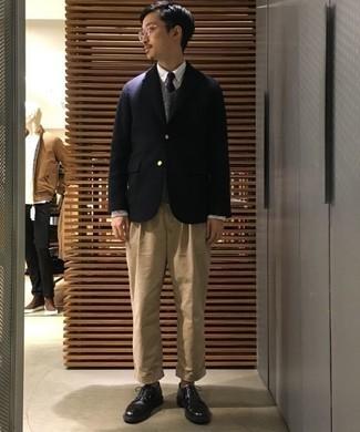 Combinar un blazer azul marino: Considera ponerse un blazer azul marino y un pantalón chino marrón claro para después del trabajo. ¿Te sientes valiente? Usa un par de zapatos derby de cuero negros.