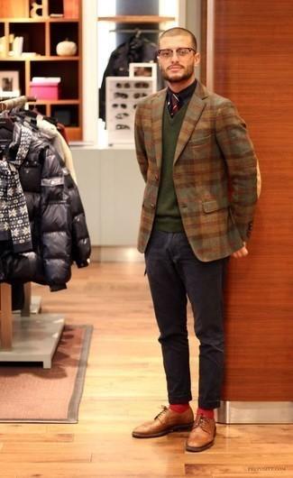 Combinar un blazer de tartán: Intenta combinar un blazer de tartán con un pantalón chino azul marino para crear un estilo informal elegante. Con el calzado, sé más clásico y haz zapatos brogue de cuero marrón claro tu calzado.
