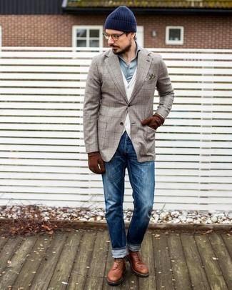 Moda para hombres de 30 años: Equípate un blazer de tartán en beige junto a unos vaqueros azules para un look diario sin parecer demasiado arreglada. Luce este conjunto con botas casual de cuero en tabaco.